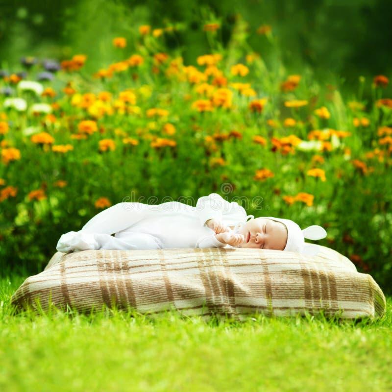 Zoete slaapbaby met konijnkostuum royalty-vrije stock afbeelding