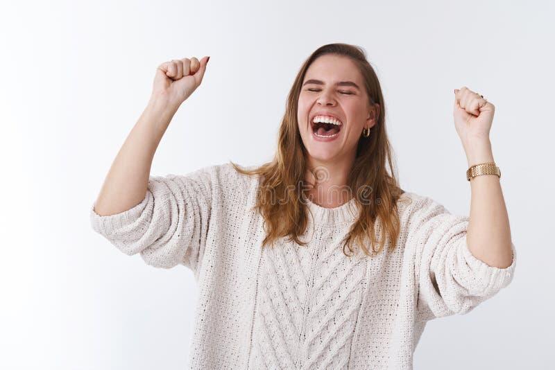 Zoete smaakoverwinning Portret de zeer gelukkige aantrekkelijke het vieren jonge winst die van het vrouwen springende geluk het d stock afbeelding