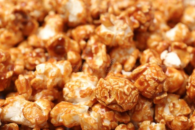 Zoete smakelijke karamelpopcorn als achtergrond royalty-vrije stock afbeeldingen