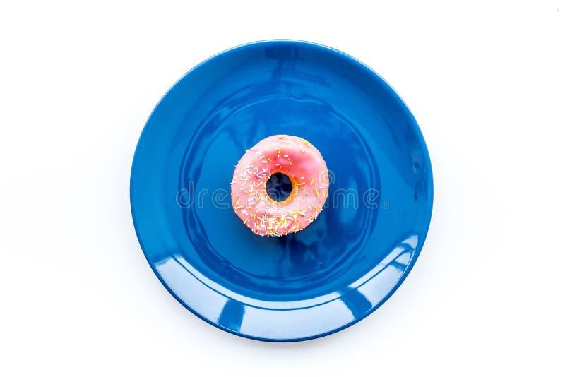 Zoete smakelijke snack Verglaasde doughnut op plaat op de witte ruimte van het achtergrond hoogste meningsexemplaar stock foto's