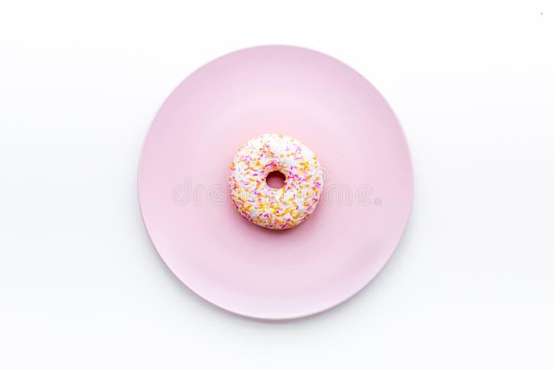 Zoete smakelijke snack Verglaasde doughnut op plaat op de witte ruimte van het achtergrond hoogste meningsexemplaar stock foto