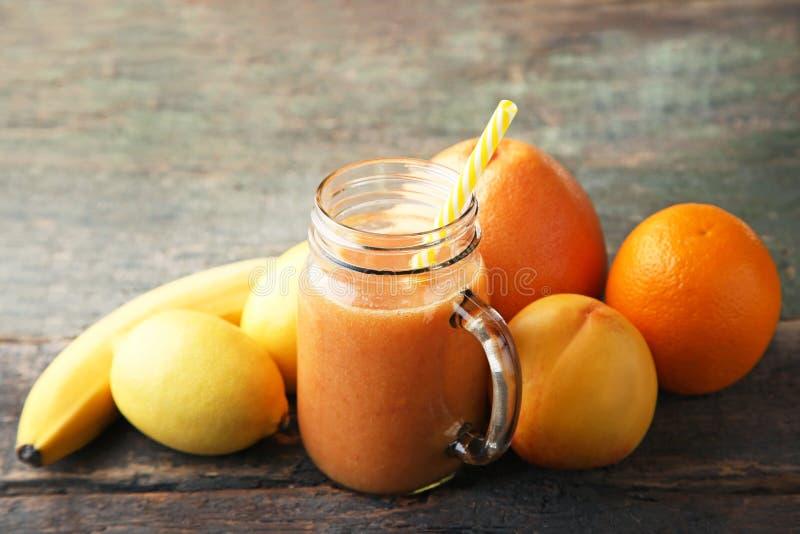 Zoete smoothie in glaskruik stock afbeeldingen