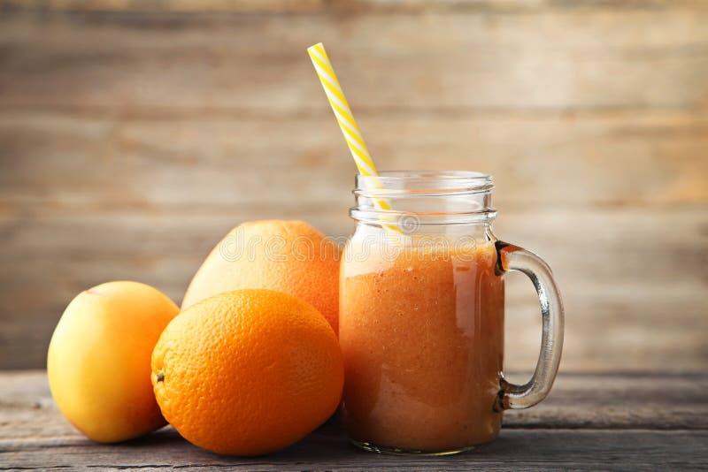 Zoete smoothie in glaskruik stock foto