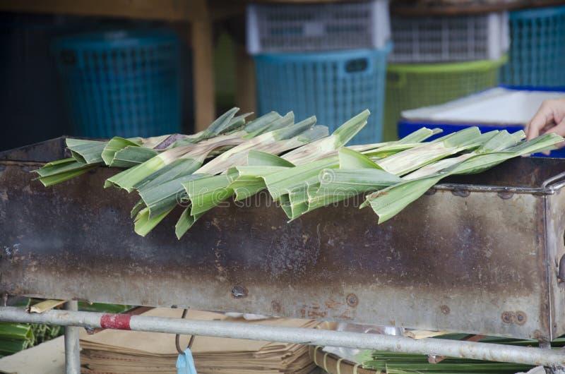 Zoete snack Thaise stijl khanom Jaak of Glutineuze kleverige rijstbloem, palmsuiker, en verscheurde kokosnoot stock fotografie