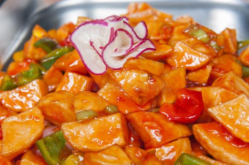 Zoete Spaanse pepersaardappels bij een Chinees buffet stock foto