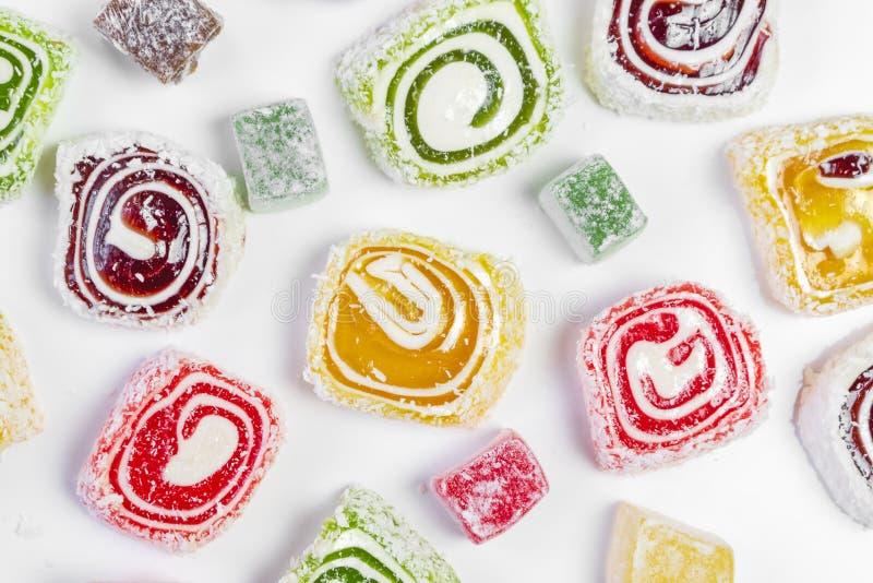 Zoete suikergoedachtergrond Gekleurd suikergoed op witte achtergrond Oosterse snoepjes stock foto