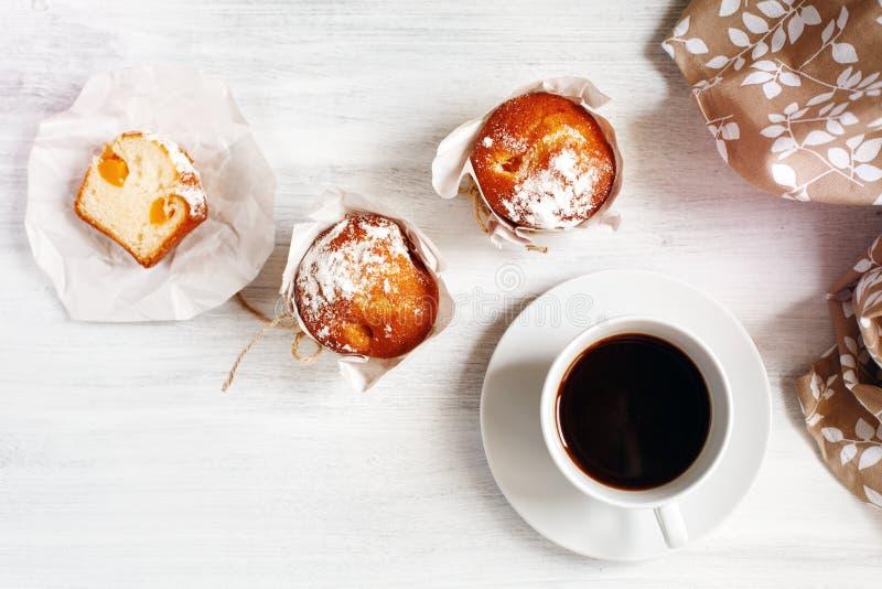 Zoete Verse Gebakken Muffins met Kop van Koffie royalty-vrije stock foto's