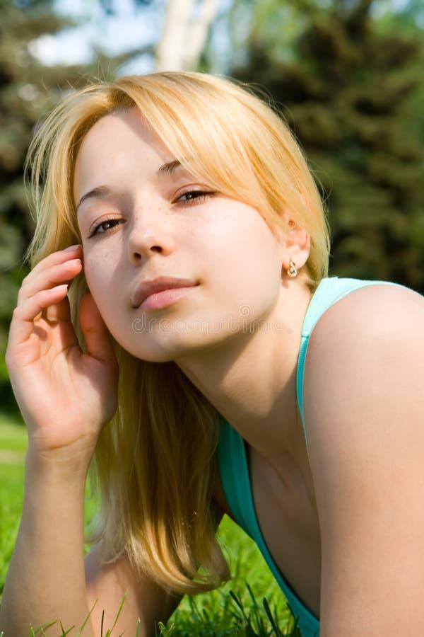 Download Zoete Vrouwenrust Op Het Gras Stock Afbeelding - Afbeelding bestaande uit brunette, helder: 10775509