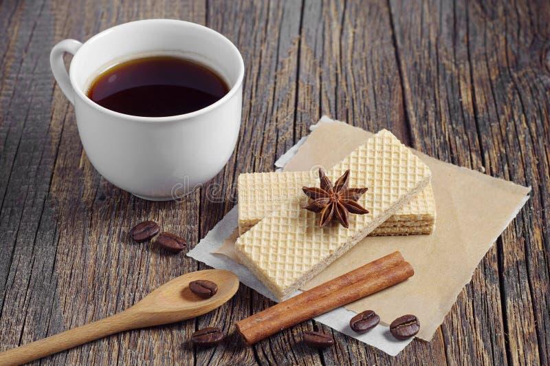 Zoete wafeltjes en koffie stock foto's