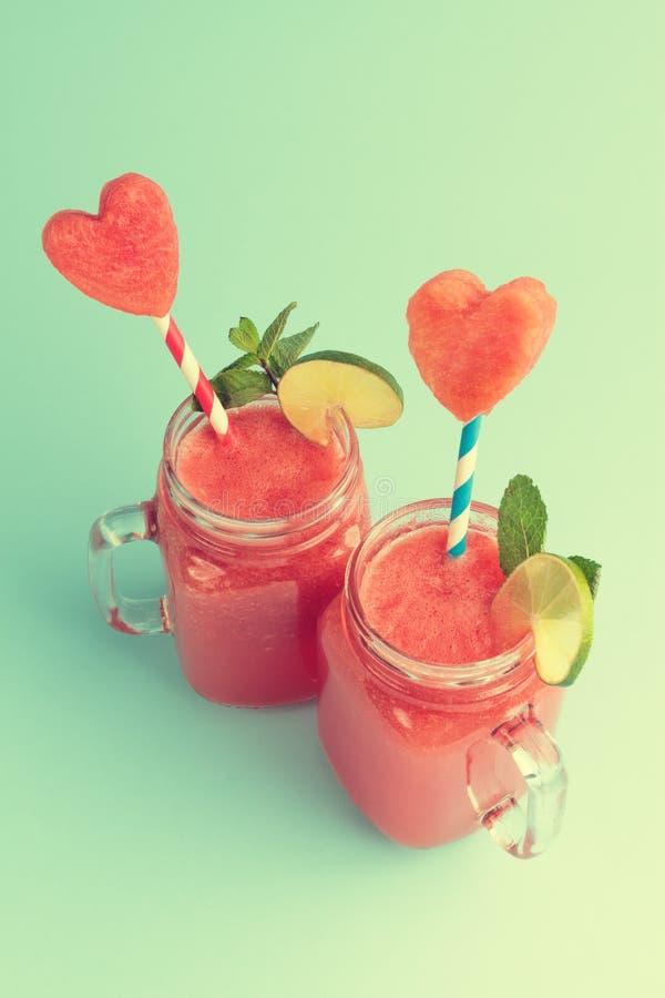 Zoete watermeloen smoothie in Metselaarkruiken stock foto's