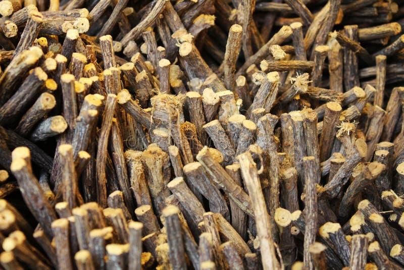 Zoethoutwortels in een mand, natuurlijk product royalty-vrije stock afbeelding