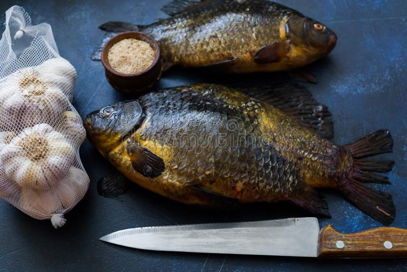 Zoetwaterdievissenvoorn, in meren en rivieren wordt gevangen, die voor het braden voorbereidingen treffen royalty-vrije stock afbeeldingen