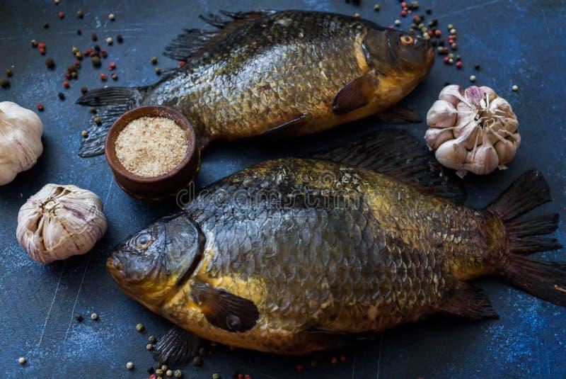 Zoetwaterdievissenvoorn, in meren en rivieren wordt gevangen, die voor het braden voorbereidingen treffen stock fotografie