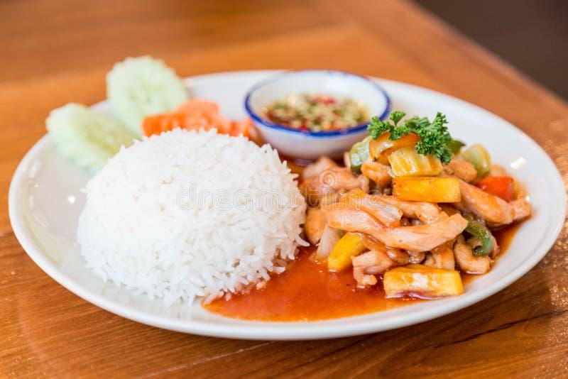 Zoetzure saus met varkensvlees wordt met rijst wordt gediend gebraden die stock afbeeldingen