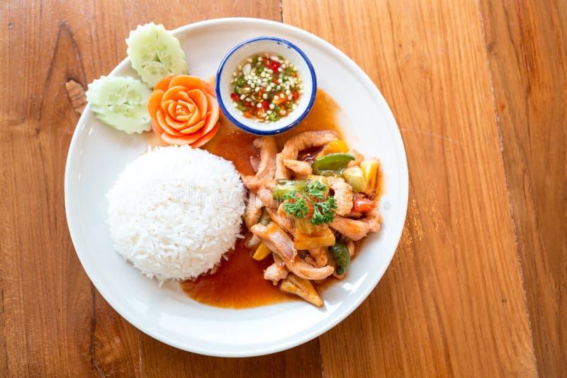 Zoetzure saus met varkensvlees wordt met rijst wordt gediend gebraden die stock foto's