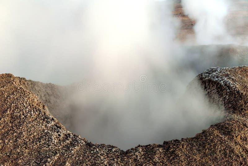 Zol De Los angeles Manana, Powstającego słońca gejzeru pola parująca wysokość w górę masywnego krateru w boliwijce Altiplano wewn fotografia royalty free
