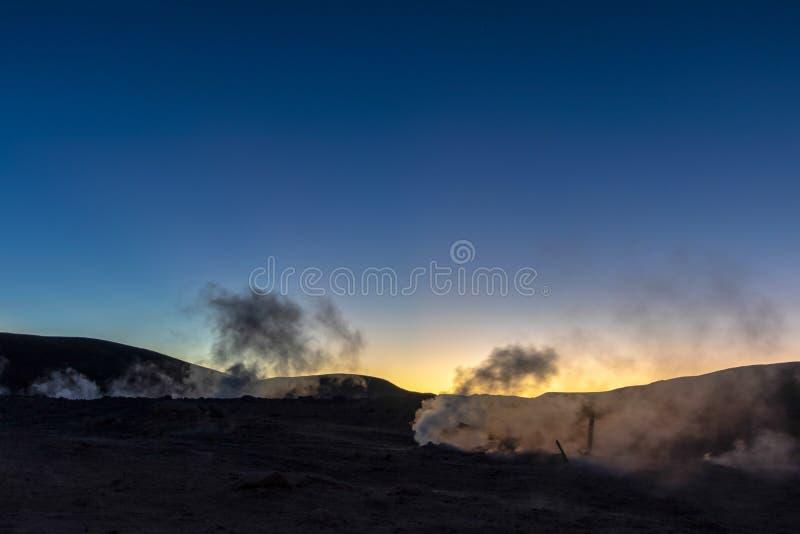 Zol De Los angeles Manana, Powstającego słońca gejzeru pola parująca wysokość w górę masywnego krateru w boliwijce Altiplano wewn obraz royalty free
