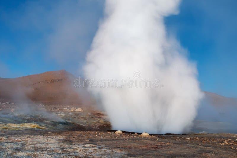 Zol De Los angeles Manana, Powstającego słońca gejzeru pola parująca wysokość w górę masywnego krateru w boliwijce Altiplano wewn zdjęcia royalty free