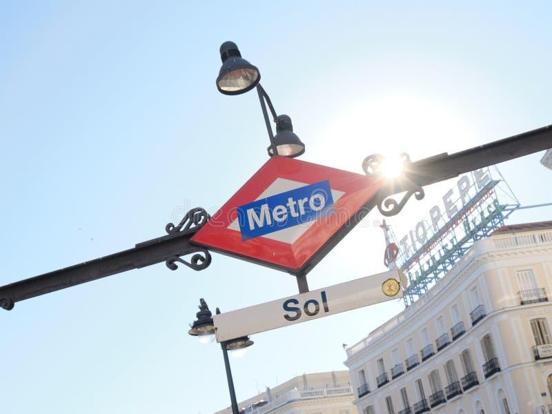 Zol stacji metrej wejście Podpisuje wewnątrz Madryt Hiszpania przy zmierzchem zdjęcie royalty free