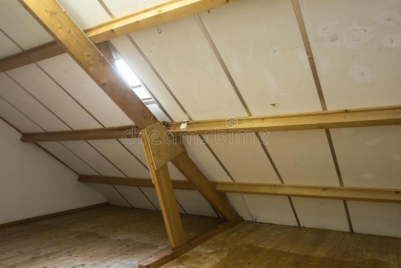 Zolder, dak vóór bouw met venster en houten stralen royalty-vrije stock foto's