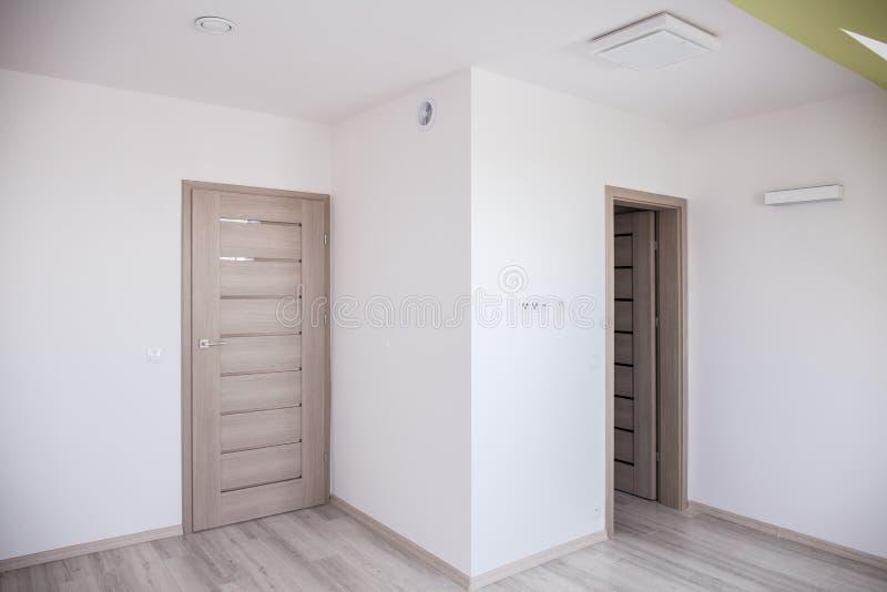 Zolder in gerieflijk modern huis stock fotografie