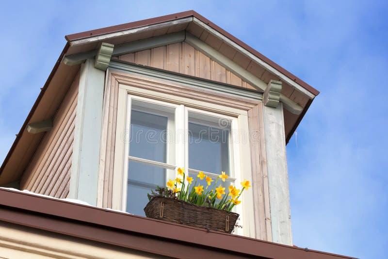 Zolder met bloemen op de venstervensterbank royalty-vrije stock afbeelding