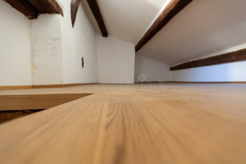 Zolder met houten stralen en parket stock fotografie
