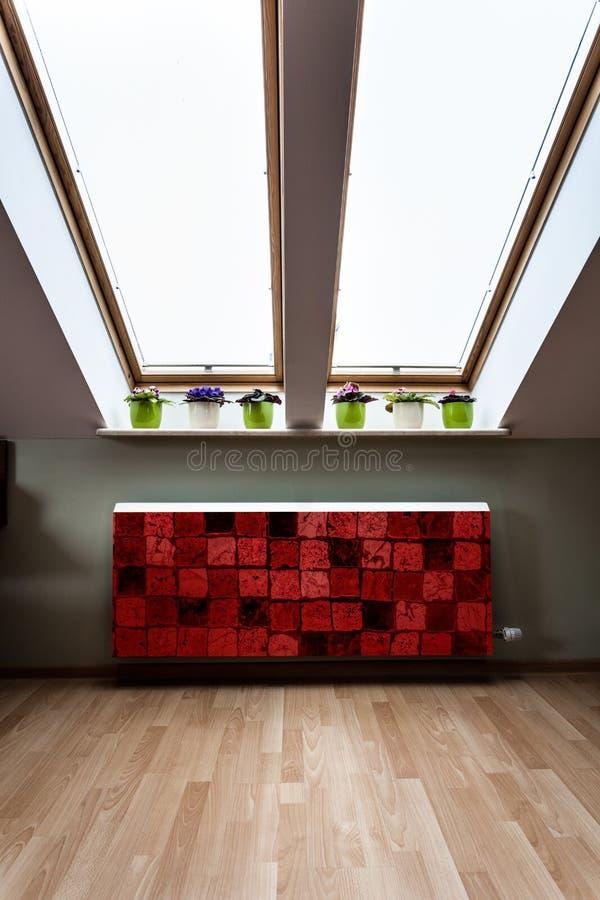 Zolder met moderne radiator stock fotografie