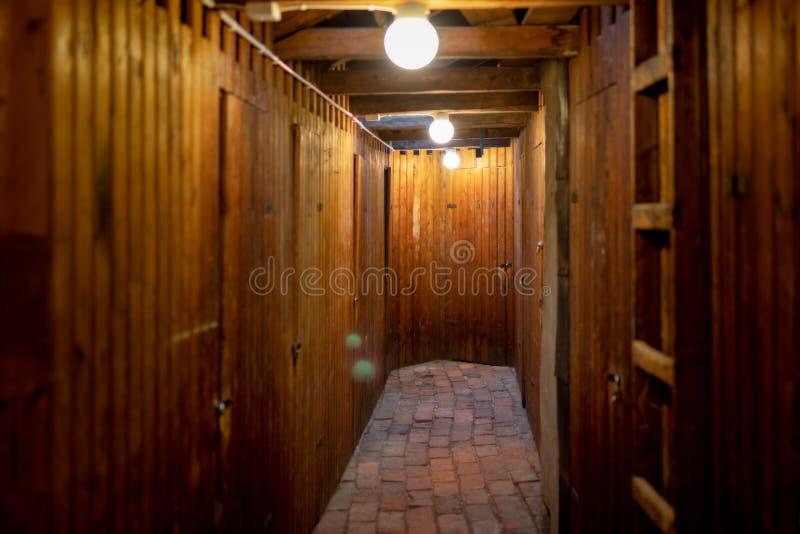 Zolder in oud flatgebouw met bergruimte voor huurders royalty-vrije stock afbeeldingen