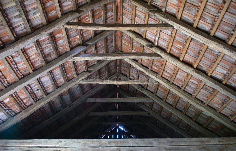 Zolder in oude stal met houten stralen stock fotografie