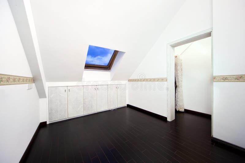 Zolder ruimte met het venster van het dakdakraam royalty-vrije stock fotografie