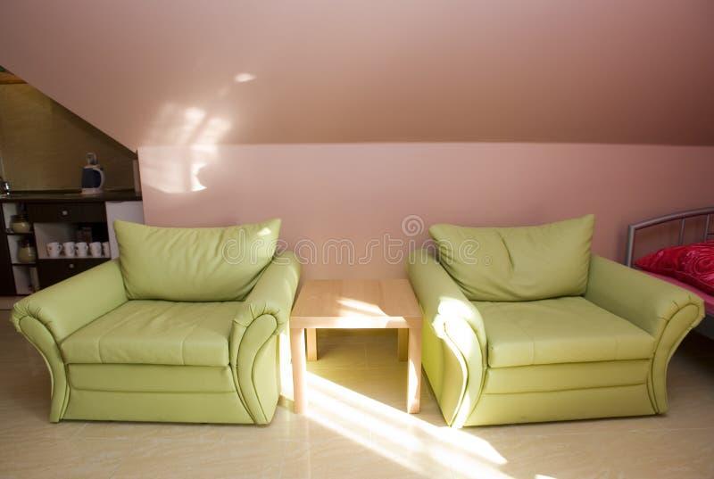 Zolder slaapkamer met banken stock foto