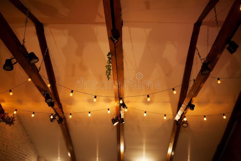 Zolderbinnenland, plafond witn laterns royalty-vrije stock foto's