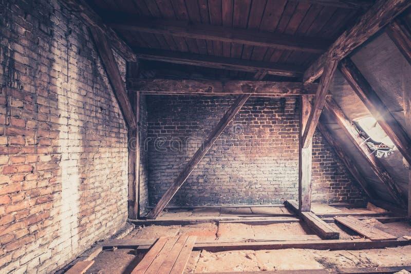 zolderkamer, zolderzolder/dakbouw stock fotografie