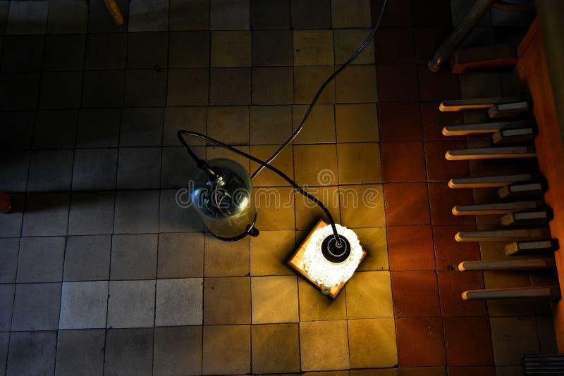 Zolderlamp met elektronisch orgel royalty-vrije stock fotografie