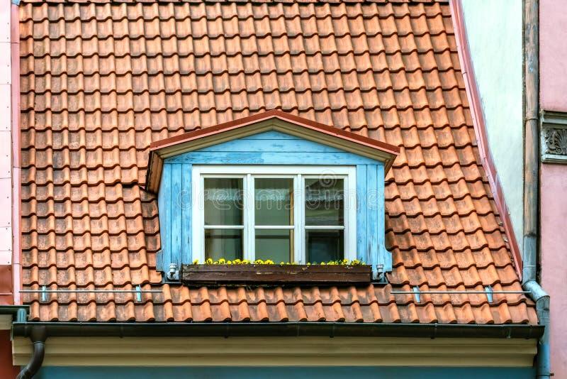 Zoldervenster op het dak royalty-vrije stock fotografie