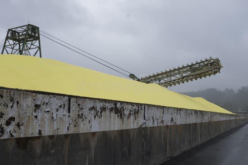 Zolfo che è caricato sulle navi ai terminali della costa del Pacifico nel porto lunatico, BC fotografia stock libera da diritti