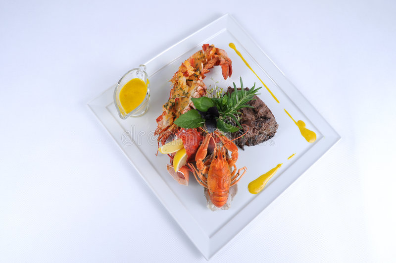 Zolla del manzo pranzante fine del pasto con l'aragosta fotografia stock libera da diritti