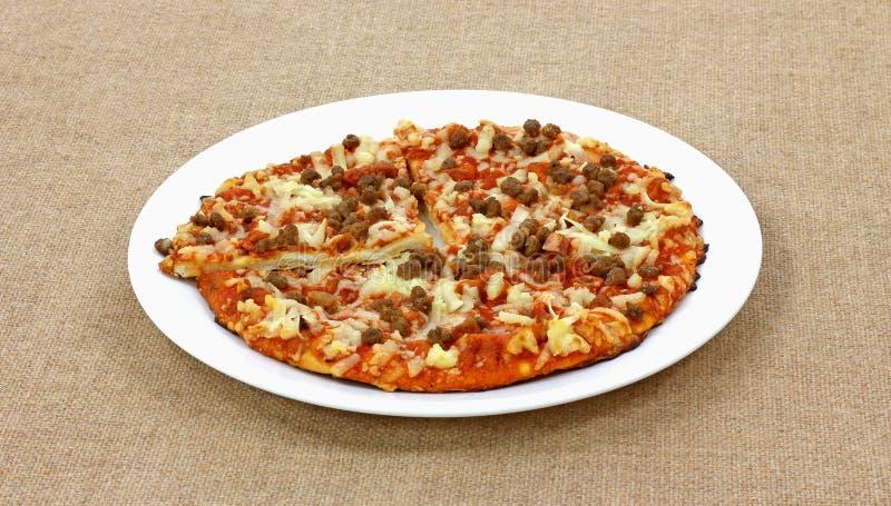 Zolla di bianco della pizza della carne immagine stock