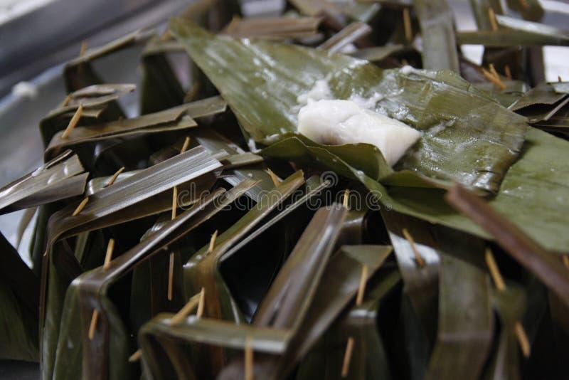 Zolla-Sai di Khanom (farina cotta a vapore con il materiale da otturazione della noce di cocco) immagini stock libere da diritti