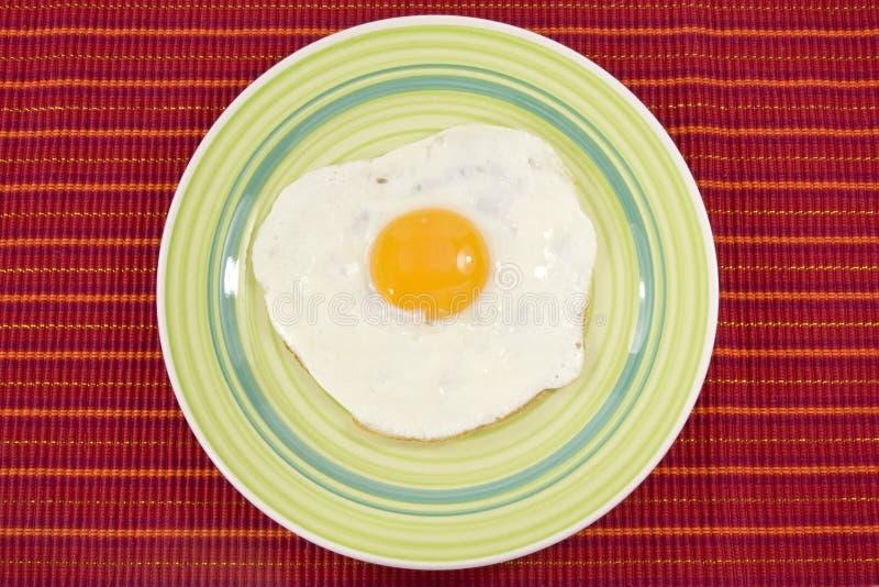 Zolla verde con l'uovo cucinato fotografia stock