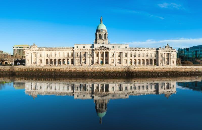 Zollamt auf dem Fluss Liffey in Dublin, Irland lizenzfreie stockbilder