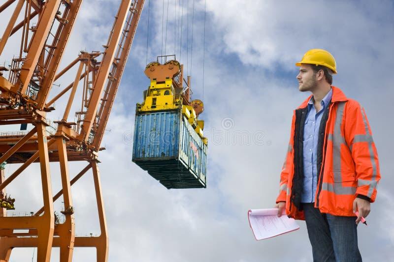 Zollkontrolle, die an einem Handelshafen prüft stockfoto