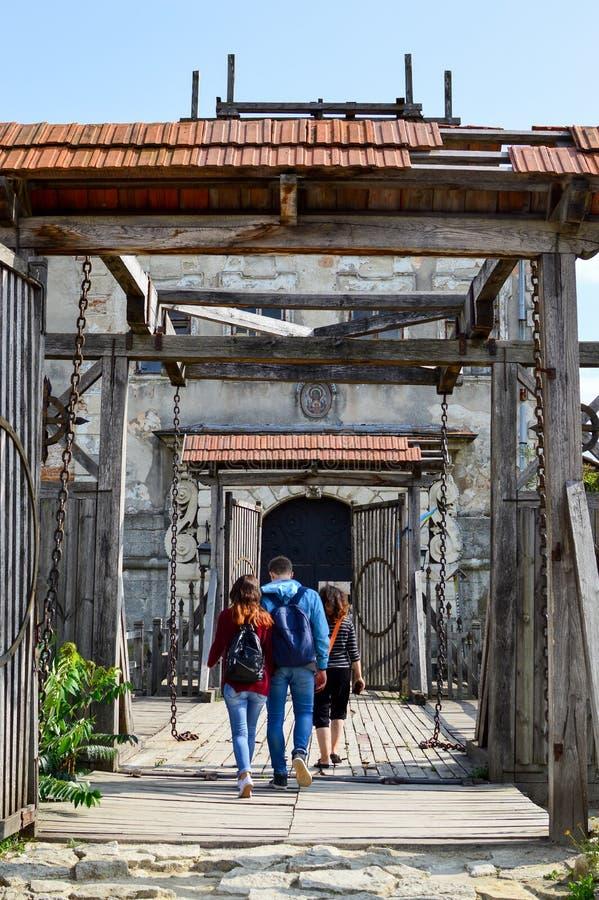 ZOLOCHIV, UCRAINA - 24 agosto 2017, i turisti stanno entrando in vecchi portoni del castello di Zolochiv Il castello di Zolochiv  immagini stock