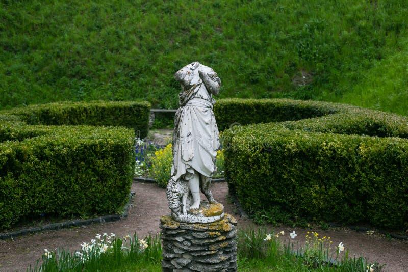 Zolochiv, Ukraine - 2. Mai 2017: Alte ruinierte Statue von Frauen ohne Kopf im Garten des Schlosses in Zolochiv, Ukraine lizenzfreie stockfotografie