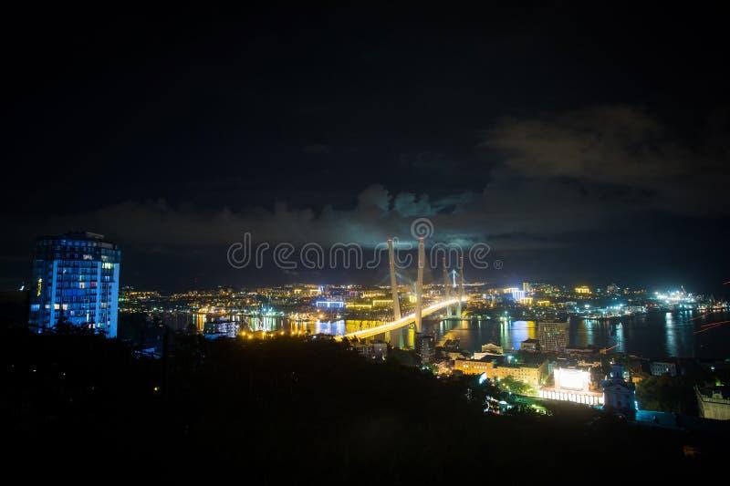 Zolotoy den guld- bron är denblivna bron över Zolotoyen Rog Golden Horn i Vladivostok, Ryssland royaltyfri bild