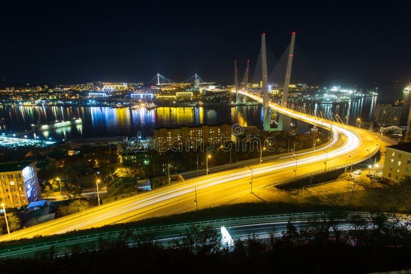 Zolotoy den guld- bron är denblivna bron över Zolotoyen Rog Golden Horn i Vladivostok, Ryssland arkivbilder