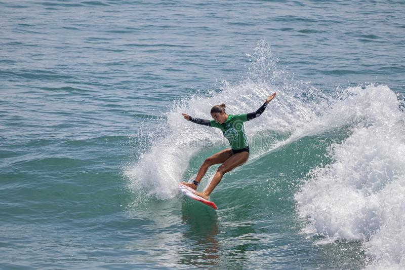 Zolu Aguirre surfing w samochodów dostawczych us open surfing 2019 zdjęcia stock