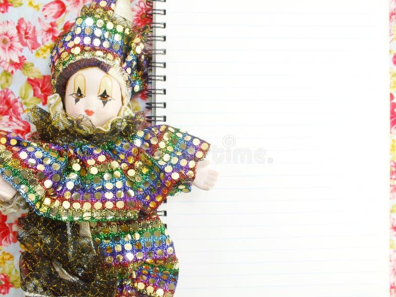 Zombaria à moda acima com a boneca para indicar suas artes finalas imagens de stock