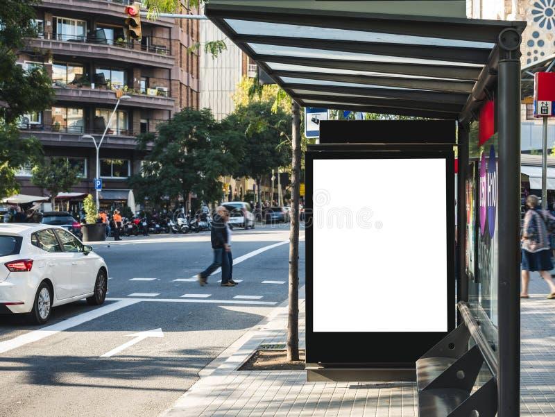 Zombaria acima da caixa de luz do molde da bandeira no sinal de rua exterior dos meios do abrigo de ônibus com passeio dos povos fotos de stock
